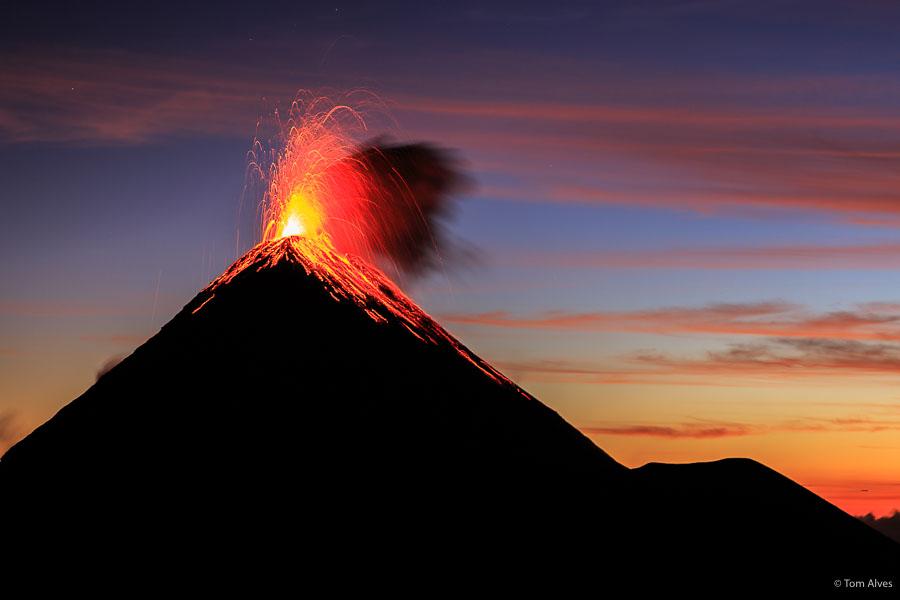 vulcão em erupção - guatemala