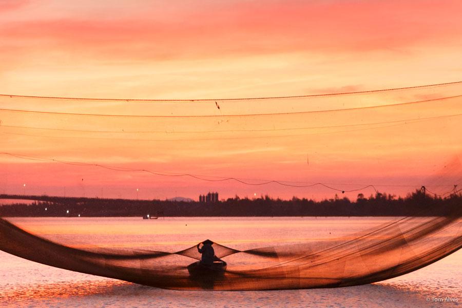 pescador vietnã nascer do sol rede de pesca barco